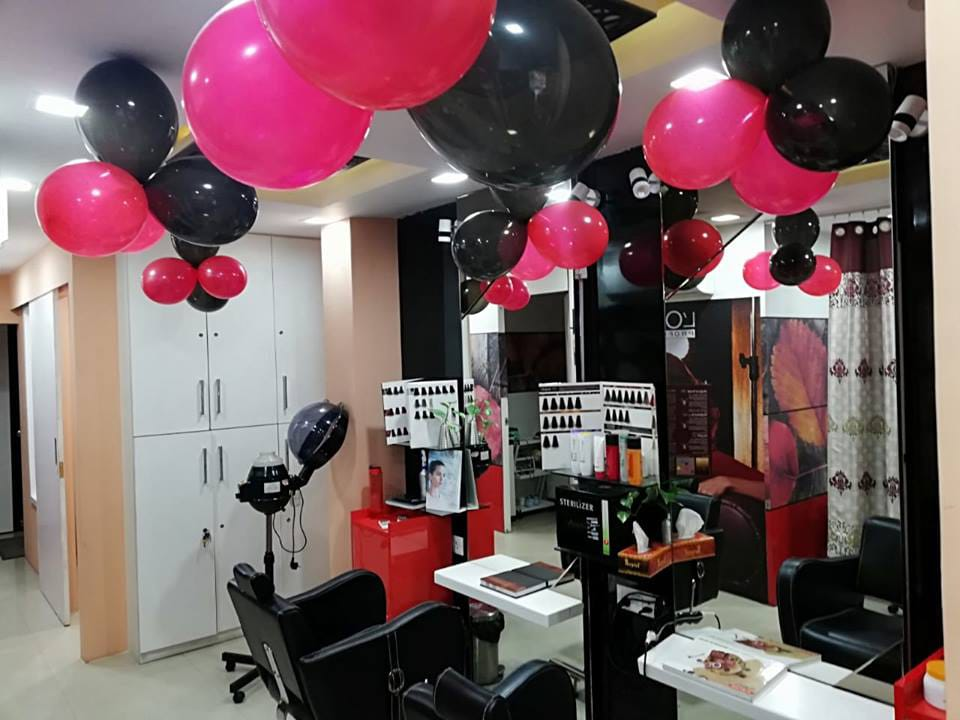 Category A  Unisex salon in Gomtinagar at a prominent location available at attractive prices